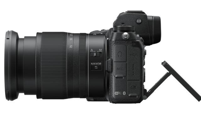 Nikon Z7II - mit ausgeklapptem Monitor, von links